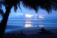 Disfrutar de la puesta de sol azul en Tamarindo
