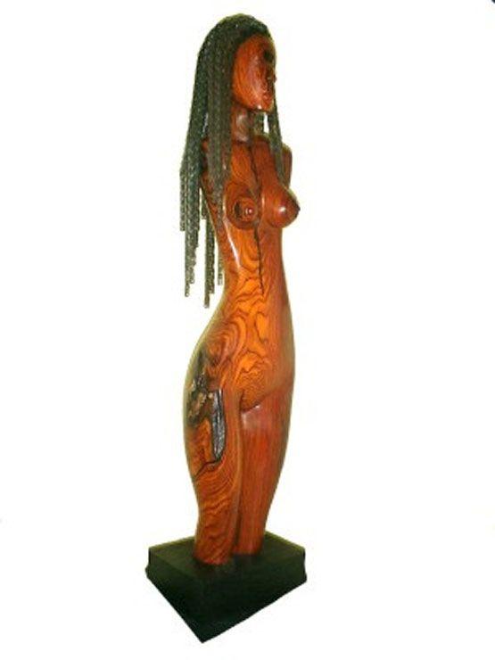 Mujer en madera tallada por Tony Jimenez cortesia de www.tonyjimenez.com